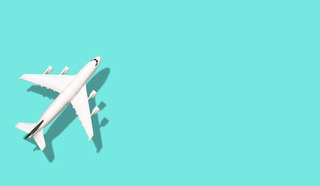 Flugzeug auf einem farbigen leeren fahnenhintergrund.