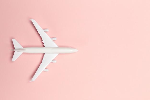Flugzeug auf farbigem hintergrund