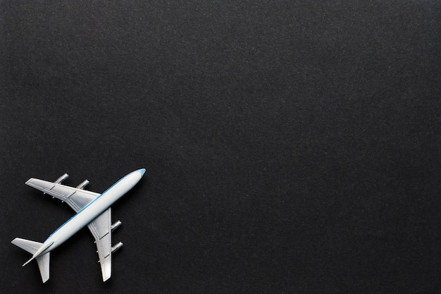 Flugzeug auf schwarz mit kopierraum