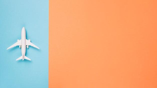Flugzeug auf unterschiedlichem farbhintergrund