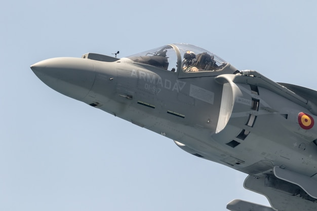 Flugzeug av-8b harrier plus nimmt an einer ausstellung teil