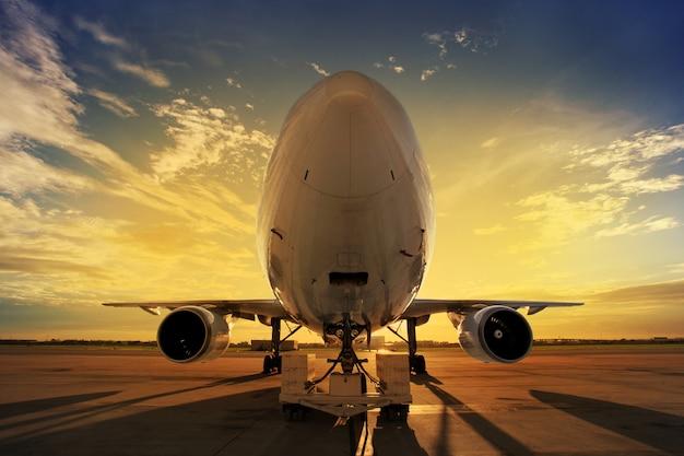 Flugzeug bei sonnenuntergang