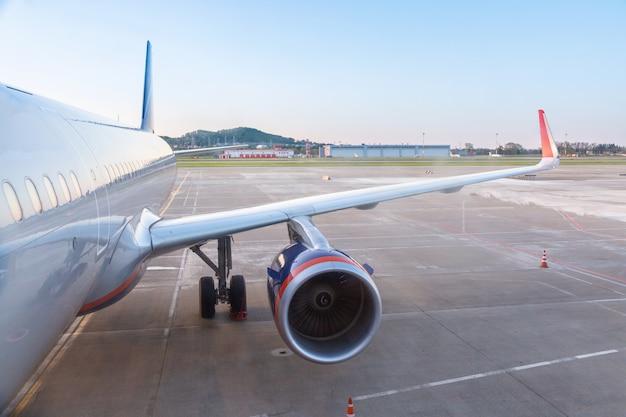 Flugzeug, das bereit zum start im internationalen flughafen sich vorbereitet