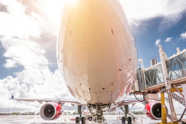 Flugzeug, das bereit zum start im internationalen flughafen vorbereitet