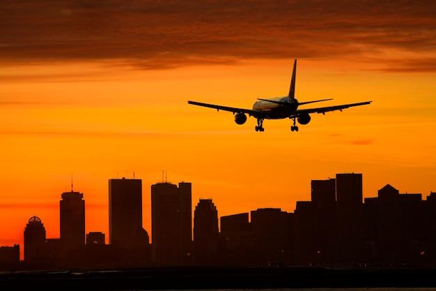 Flugzeug, das über stadt fliegt
