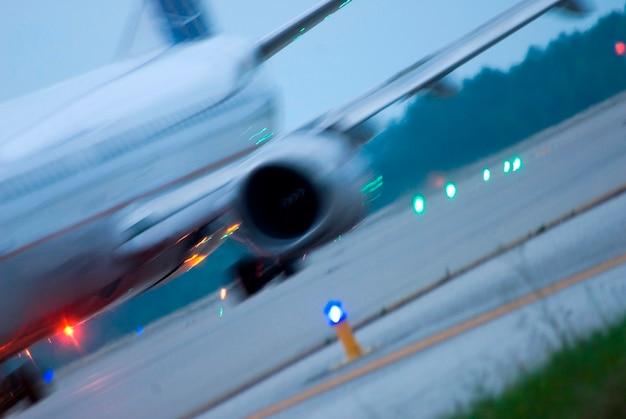 Flugzeug, das vom flugplatz startet