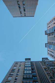 Flugzeug fliegen in den blauen himmel