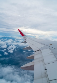 Flugzeug fliegen über wolken