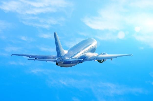 Flugzeug fliegt auf blauem himmel