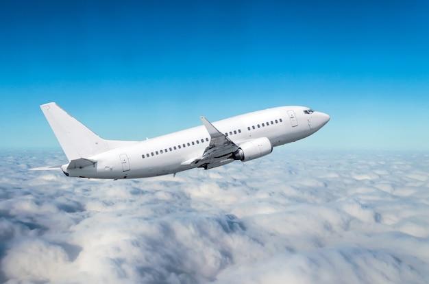 Flugzeug fliegt hoch über den wolken