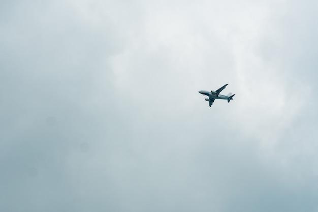 Flugzeug fliegt in einem bewölkten himmel