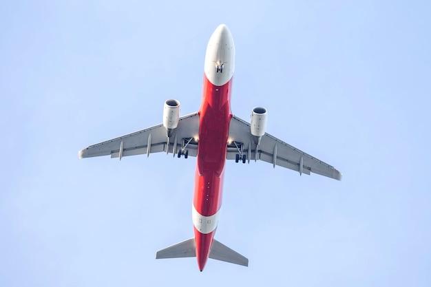 Flugzeug fliegt in einen blauen himmel