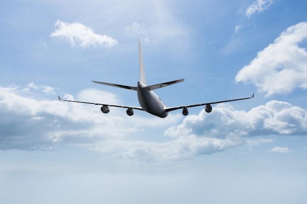 Flugzeug fliegt mit wolken hintergrund