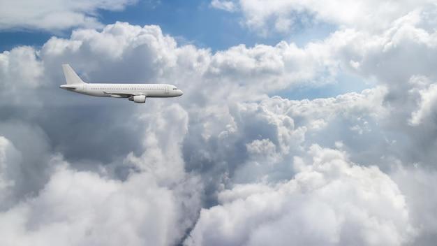 Flugzeug fliegt über bewölkten himmel