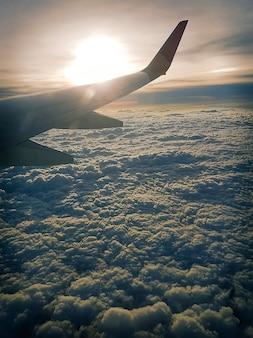 Flugzeug fliegt über die wolken