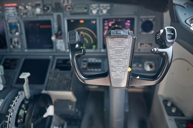 Flugzeug-flugdeck mit joch oder steuerrad und instrumententafel auf unscharfem hintergrund