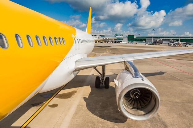 Flugzeug im flughafen in singapur