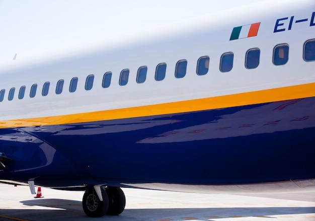 Flugzeug im flughafen