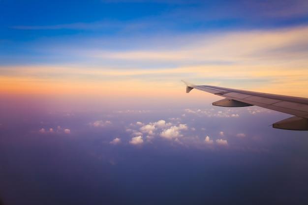 Flugzeug im himmel bei sonnenaufgang