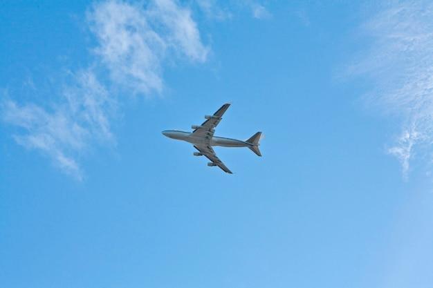 Flugzeug im himmel, niedrige winkelsicht