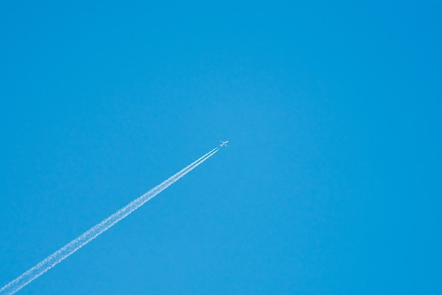 Flugzeug im himmel, zentriert