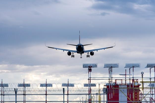 Flugzeug landet am flughafen