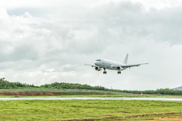 Flugzeug landet auf dem flughafen, bevor sich ein sturm nähert