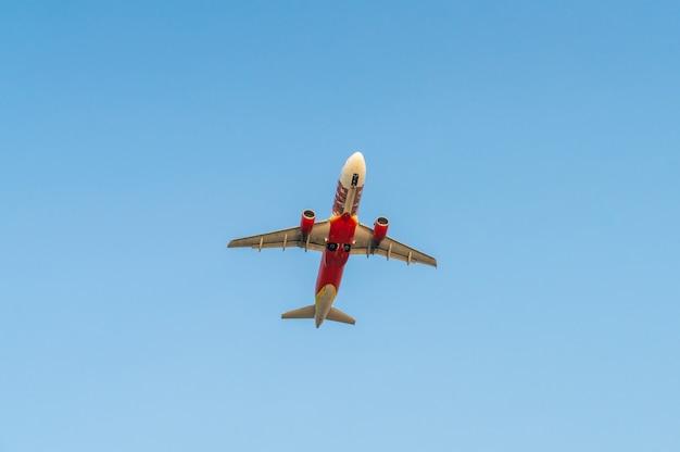 Flugzeug mit blauem himmel