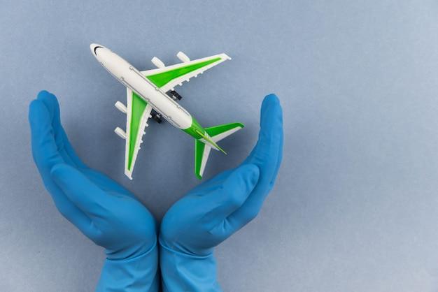 Flugzeug mit chirurgischer medizinischer maske