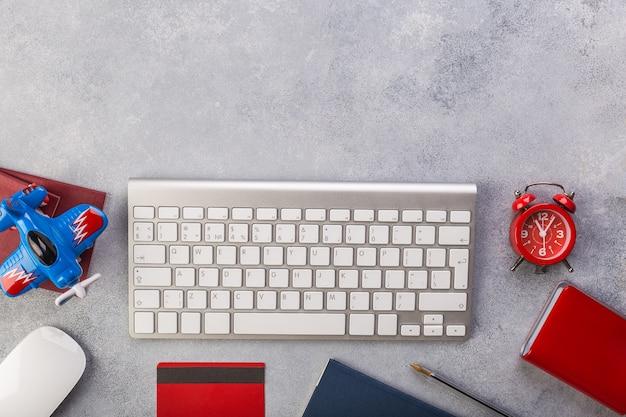 Flugzeug mit pässen nahe dem zahlen mit kreditkarte und tastatur