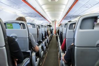 Flugzeug mit Passagieren auf Sitzen, die darauf warten, abzuheben