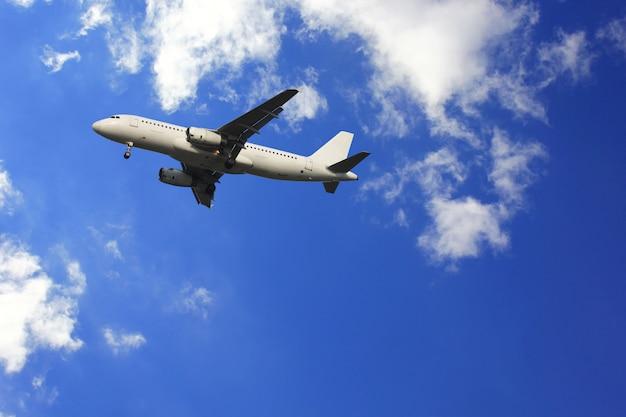 Flugzeug mit schönen himmel