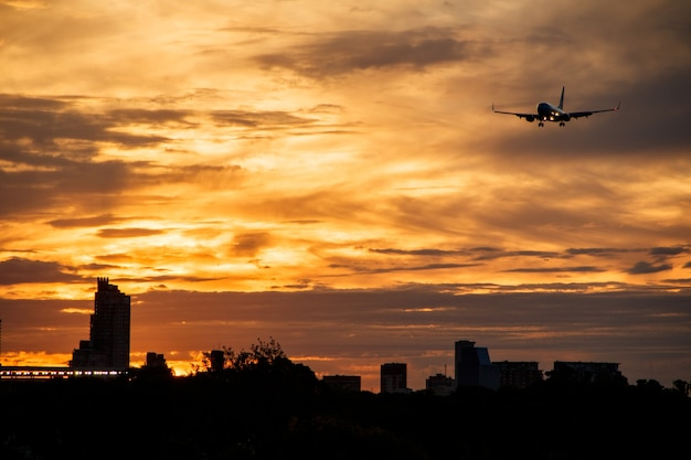 Flugzeug startet an einem orangefarbenen nachmittag.