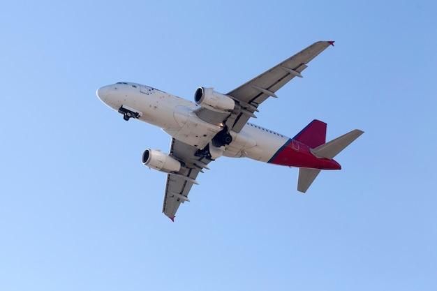 Flugzeug startet vom flughafen im stadtgebiet