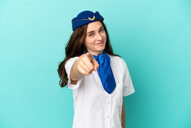 Flugzeug-stewardess-frau isoliert auf blauem hintergrund zeigt mit einem selbstbewussten ausdruck mit dem finger auf sie