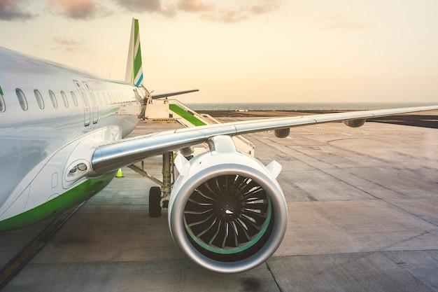 Flugzeug stoppt am flughafen für flüge, die aufgrund des weltweiten virusausbruchs gestrichen wurden