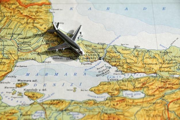 Flugzeug über dem istanbul die türkei
