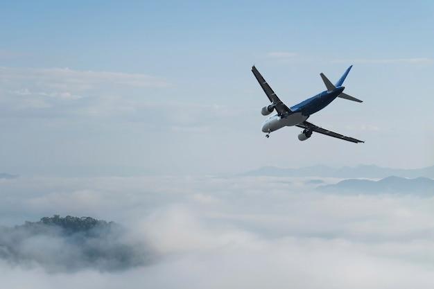 Flugzeug über den wolken,