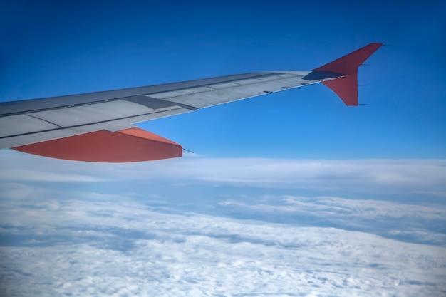 Flugzeug über wolken