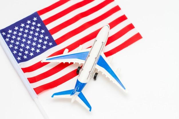 Flugzeug und flagge der vereinigten staaten von amerika.