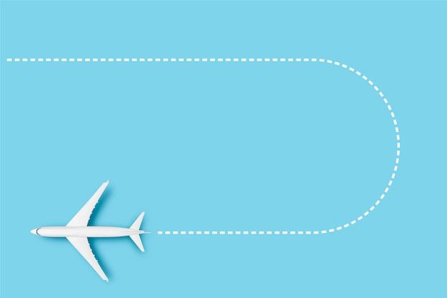 Flugzeug und linie, die die route auf einem blauen hintergrund anzeigt. konzeptreisen, flugtickets, flug, streckenpalette.