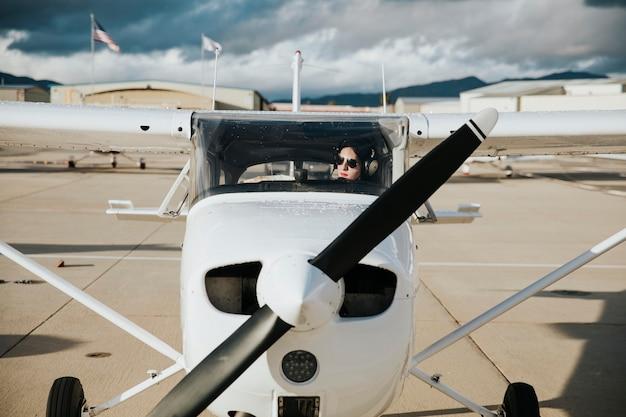 Flugzeug und pilot auf dem rollfeld