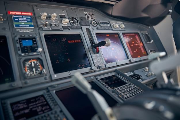 Flugzeugcockpit mit instrumententafel, displays und navigationssystemen