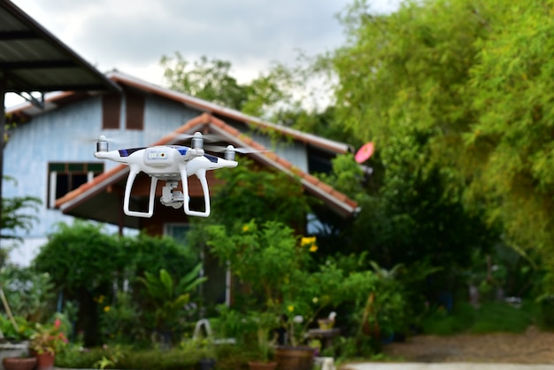 Flugzeugdrohne entfernen sich vom land und fliegen für nehmen luftfotofront des hauses