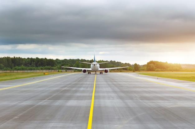 Flugzeuge besteuern, um auf der landebahn auf der strecke in der ferne zu starten.