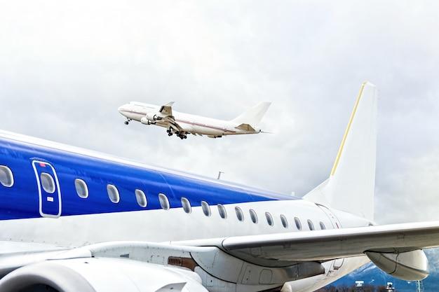 Flugzeuge, die am flughafen abheben