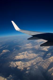 Flugzeuge fliegen über verschneite berge der pyrenäen