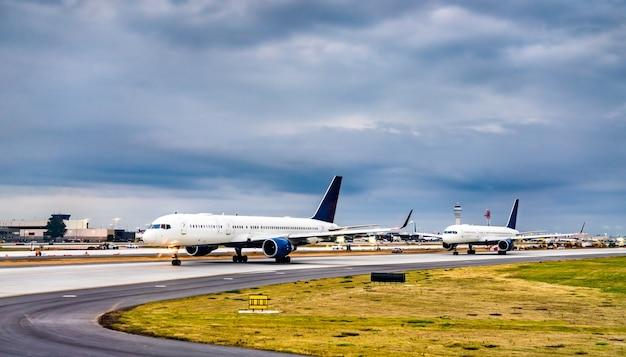Flugzeuge für den start am flughafen atlanta in den vereinigten staaten