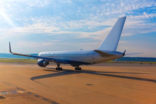 Flugzeuge im flughafen, der sich vorbereitet, sich zu entfernen