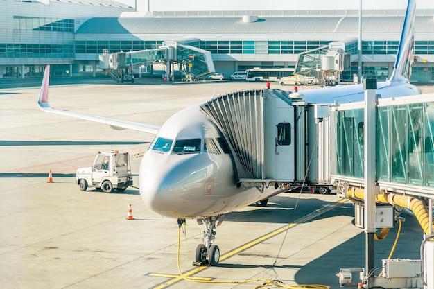 Flugzeuge mit durchgangstunnel, die für den abflug von einem flughafen vorbereitet werden.